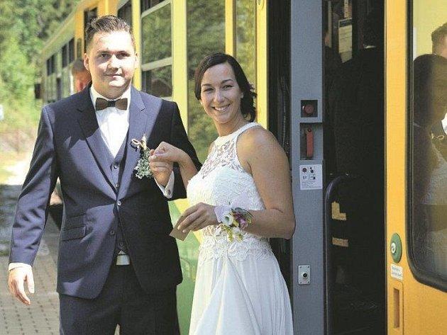 Netradiční způsob dopravy na obřad zvolili Barbora Neckářová a Martin Kučera