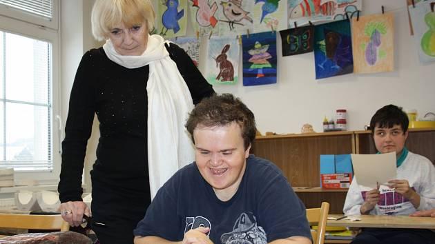 Prezidentka hnutí Na vlastních nohou Bela Jensen si prohlíží výrobky klientek Domova Zvíkovecká kytička. Na snímku jsou Zuzka Hrabětová (vpředu) a Šárka Raindlová.