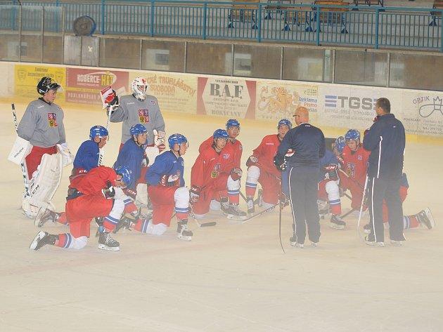 ZEJMÉNA NA TAKTIKU a ztmelení týmu pracuje hokejová reprezentace České republiky na ledě zimního stadionu v Rokycanech. Ten budou využívat až do pátku. Hned v sobotu brzo ráno míří do zámoří.