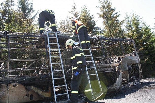 Zásah hasičských jednotek u hořícího autobusu u Borovna (3. června 2015)