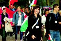 Euroweek mezinárodní setkání středoškoláků začínal průvodem všech zúčastněných městem Rokycany. Studenti pochodovali pod dvacítkou státních vlajek.
