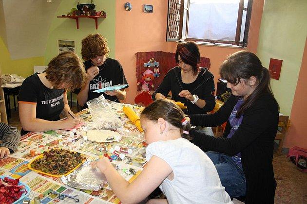 Suroviny na výrobu mýdla byly v Colorce k dispozici, Sabina a Adéla Fastovy, Alena Silbernáglová, Michala Tvrdíková a Jan Bejvl se pustili do díla.