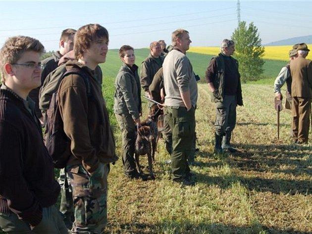 Sobotní dění ve Volduchách ovládli představitelé okresního mysliveckého spolku. Pozvali majitele dvaceti psů k prověrce vloh.