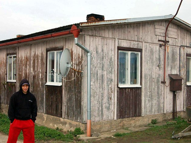 Ve Volduchách se na okraji obce usadili Horváthovi. Početná romská rodina si pořídila za 400 tisíc korun objekt, který je však v územním plánu veden jako zemědělská stavba.  Díky přístupu obecních úřadů ve Volduchách i Oseku se zatím stěhovat nemusejí.