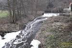 Zpěněná voda v Klabavě.