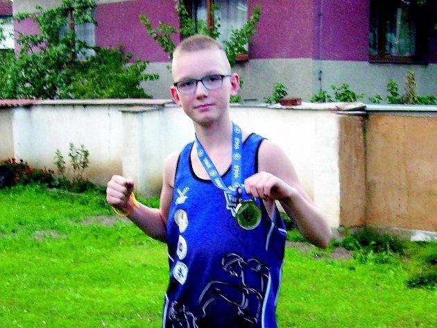 MARTIN PETRÁŠ se stal ve své kategorii vicemistrem světa v muay thai. Pochlubil se nám svou medailí.