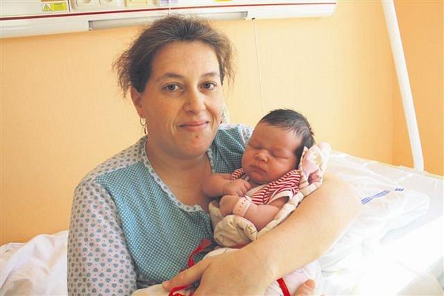Karolína KOTVOVÁ z Kařezu si pro svůj příchod na svět vybrala datum 21. března. Narodila se dopoledne, šest minut po jedenácté hodině. Maminka Eva a tatínek Karel se nechali pohlavím svého prvního dítěte překvapit. Karolínka vážila 3830 gramů, měřila 52cm