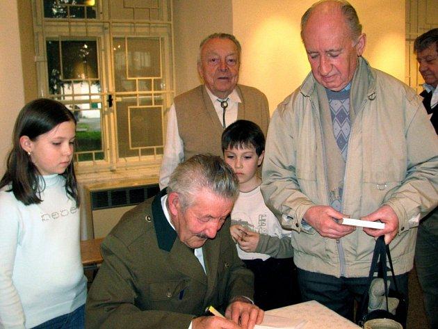 Mezi těmi,  kteří si  přišli pro věnování a  podpis Josefa Šefla,  autora v muzeu křtěné knihy Povídání o Brdech, byl i František Poncar. Počínání přihlížejí Šárka a Martin  Altmanovi.
