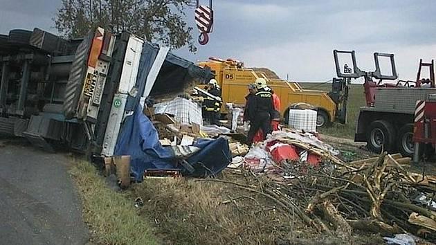 Profesionální hasiči z Rokycan i Plzně, dobrovolníci z Oseku i chemici z Třemošné vyrazili ve čtvrtek odpoledne k nehodě kamionu. Stala se mezi Osekem a Litohlavy, přičemž z auta unikly dva tisíce litrů neznámé látky.