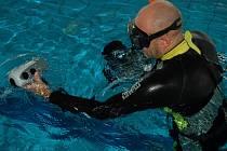 Richard Bartoš z Plzně byl jedním z účastníků republikového šampionátu ve fotografování pod vodou. Dějištěm byl v sobotu rokycanský krytý bazén.