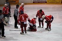 Druholigoví muži HC DAG porazili v neděli večer na domácím kluzišti Kobru Praha 5:3. Bolestivou ránu do obličeje  dostal domácí obránce Kubeš.