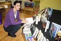 RADOST Z KNIŽNÍCH NOVINEK budou mít tento týden i čtenáři ve Skomelně. Romana Kohlíčková, která je tamní knihovnicí, pro ně vybírala do zápůjčky úplně nové a zajímavé svazky v rokycanské městské knihovně.