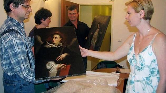 Muzeum dr. B. Horáka převzalo zpět po restaurování soubor obrazů ze svých sbírek. Za peníze z Norských fondů se o záchranu děl postarala akademická malířka Renáta Hronová z Atelieru Fiala.