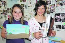 Děvčata z páté třídy reprezentovala. Štěpánka Klánová a Lucie Veverková představily dílčí školní program týkající se tématu voda. Na snímku ukazují jeho netradiční zpracování, v němž se třeťáci inspirovali příběhem světoznámého parníku Titanic.