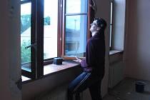 Střední odborná škola v Rokycanech začala měnit okna.