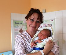 PATRIK MATOUŠEK z Nových Mitrovic se narodil na sále rokycanské porodnice 17. prosince devět minut po jedenácté dopoledne. Manželé Gabriela a Pavel věděli dopředu, že i jejich druhé dítě bude kluk. Doma už mají osmiletého syna Pavlíka. Váha 4080 g, 52 cm.
