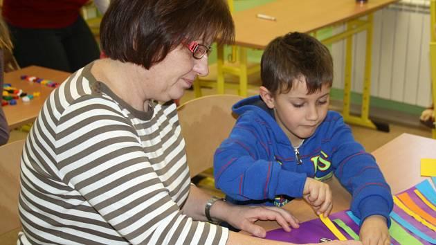 TONÍK KOPŘIVA z Příkosic dorazil v pondělí na zápis do Základní školy Mirošov. Věnovala se mu učitelka Jana Krausová. Kromě něho dorazily další desítky dětí.