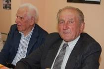 Vzpomínka na 14 horníků si nenechali v Chomli ujít Jaroslav Belšán (vlevo) a Václav Maleček.