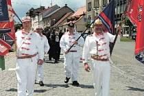 ČELO RADNICKÉHO průvodu tvořili čtyři hasiči ve sněhobílých historických uniformách. Drželi cenné zástavy a vlajky a dovedli zástup dobrovolníků na Šternberkovo náměstí.