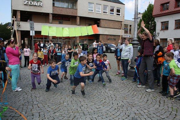 BĚH PROTI KOUŘENÍ organizovala včera na hlavním rokycanském náměstí ZŠ ulice Míru. Zapojily se do něj všechny třídy a jejich zástupci se utkali v běžeckém závodě.