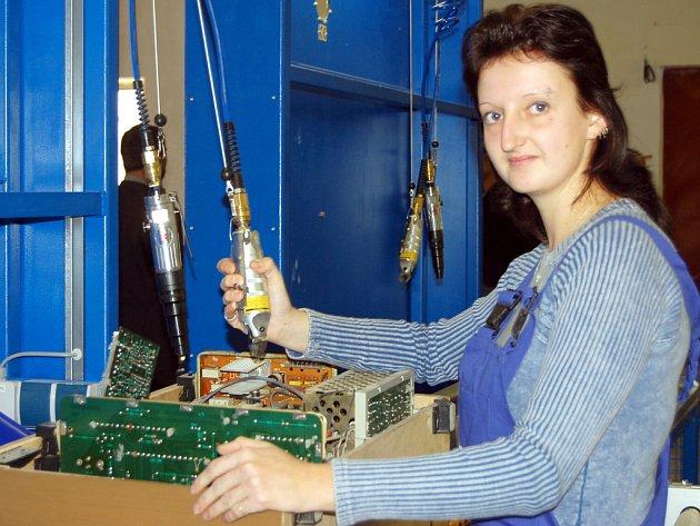 V bývalých strašických kasárnách byla včera dopoledne otevřena nová recyklační linka na elektrozařízení. Uplatnění zde našla i Mirka Trdličková.