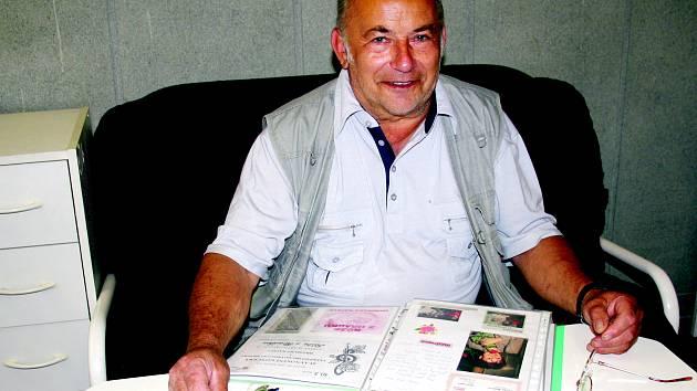 Miloslav Chrásta z Hrádku u Rokycan dokázal vytvořit kolekci, do níž zařadil už dva a půl tisíce písní, v nichž se zpívá o růži. Nyní se Deníku pochlubil i připravovanou encyklopedií českých hudebníků.