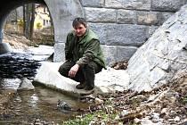 MONITORING NEJRŮZNĚJŠÍCH živočišných druhů, včetně průzkumu vodních toků, patří mezi každodenní činnost, které se Pavel Moulis, předseda ČSOP Rokycany, věnuje.
