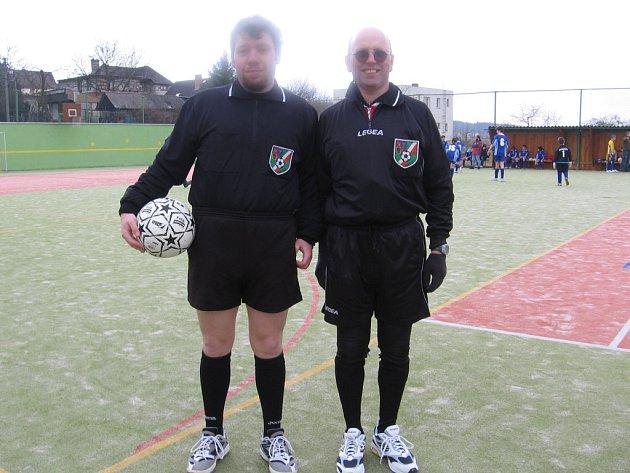 Rozhodčí Michal Bystřický a Anton Novak (zleva) se zhostili úspěšně řízení šesti zápasů.