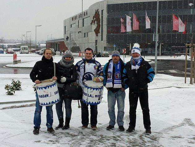 MODROBÍLÁ FANS vyrazila do Třince. Na snímku jsou před tamějším zimním stadionem zleva: Martin Mošna, Petra Hrabyková, Tomáš Šmíd, Michal Forejt a Vladimír Vaindl.