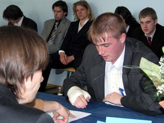 Ústní zkoušení  ve středních školách okresu začalo. Tomáš Cajthaml,  absolvent oboru počítačové systémy,  se mu v SOŠ Rokycany podrobil jako jeden z prvních. Na snímku mluví na téma mikroprocesorová technika.