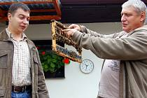 Šestý Včelařský den se uskutečnil v Radnicích. Otec a syn Hrabákové (na snímku) pozvali kolegy a připravili pro ně přednášku o chovu matek.