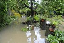 Zatopená zahrada domu pod městem
