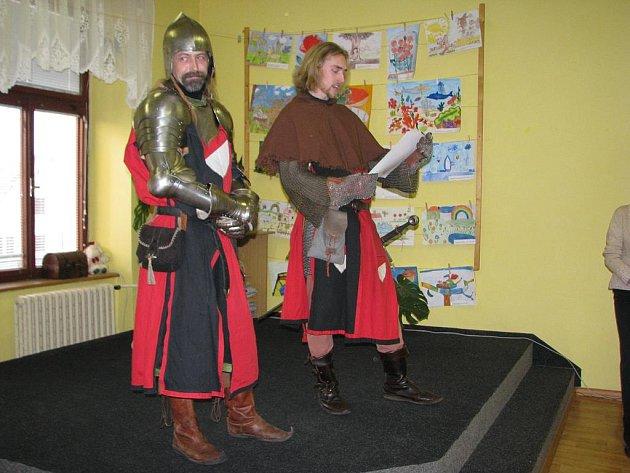 Dva rytíři, který děti skládaly svoje sliby.