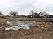 Rybník v Oseku, kde amatérský hledač pokladů našel granát.