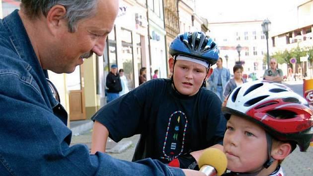 K Setkání pod rokycanskou věží patří i charitativní akce, pořádaná Sokolem Rokycany. Desátý ročník opět moderoval FrantišekVaško a zpovídal v cíli malé cyklisty.