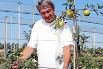 Pěstiteli Jaromíru Hákovi přinesl sad překvapení. Vedle krásných plodů větve jabloně obsypaly i květy.