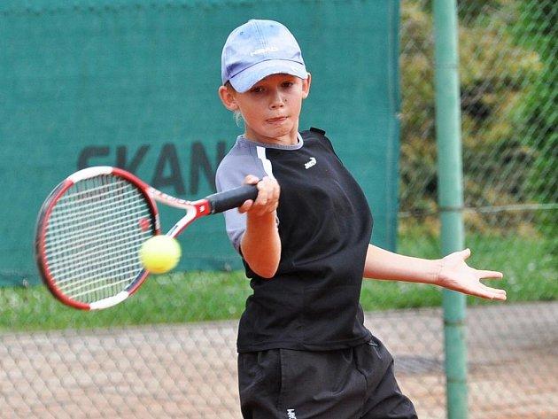 Celostátní tenisový turnaj mladších žáků se ve Strakonicích týkal i reprezentantů Sokola Rokycany. Štěpán Hanzlík (na snímku) triumfoval ve dvouhře a s oddílovým kolegou také ve čtyřhře.