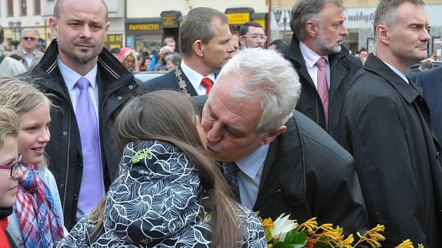 Polibek na uvítanou prezidenta Miloše Zemana