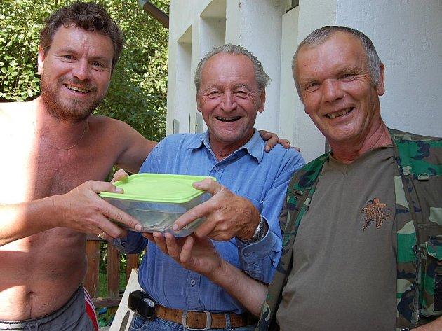 Michal Šubrt, jeho otec Ladislav a Jiří Lukeš (zleva) mohli být průběh svojkovické prakiády spokojeni. Závody měly hladký průběh a ceny byly atraktivní.