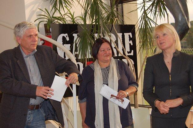 VARVARA DIVIŠOVÁ (vpravo) hovořila v rokycanské gelerii Fouyer zejména o krajinné tvorbě. Naslouchali jí Petr Kůs z agentury AM Art i Helena Fenclová, která umělkyni představila.