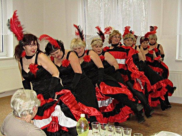 Vystoupení Hradeckých panenek se odehrávalo v hasičské zbrojnici v Břasích. Taneční skupina z Hradecka u Kralovic sem  přijela na pozvání místního Klubu důchodců. Přítomným si děvčata připravila tři pásma. Vystoupení trvalo přibližně  hodinu a amatérské u