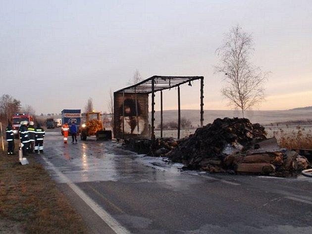V úterý ráno zaměstnal tři jednotky hasičů požár přívěsu nákladního automobilu.