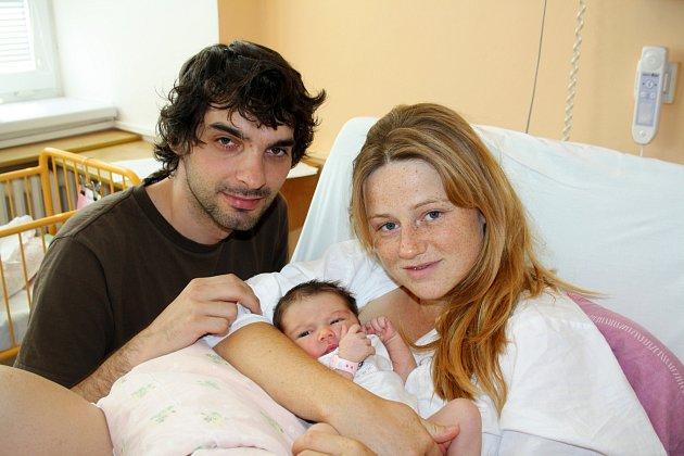 ELIŠKA PEŘKOVÁ z Rokycan se narodila 31. srpna v jedenáct hodin a dvacet čtyři minut. Manželé Daniela a Marek věděli dopředu, že jejich první dítě bude holčička. Malá Eliška vážila při narození 3080 gramů. Tatínek byl u porodu na sále pomáhat.