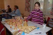 LILIE KNAPPOVÁ doprovázela na svojkovický bazárek babičku. Jejich stolek patřil výrobkům ze slámy.