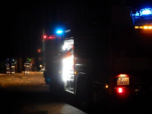 Hasiči zasahují v sobotu v noci v Holubím koutě na Rokycansku.