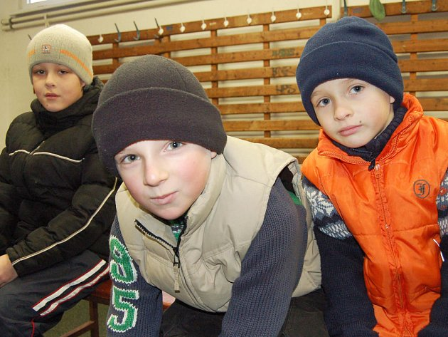 Rokycanský zimní stadion byl i v poslední den školních prázdnin dějištěm volného bruslení. Pravidelnými návštěvníky byli ve volných dnech Daniel Marek, Petr Roth a Robert Roth (zleva).