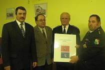 Na valné hromadě Sboru dobrovolných hasičů (SDH) Radnice diskutovali o návrhu nového praporu sboru Jaroslav Salivar, Josef Pašek, Antonín Rataj a František Kreisinger (zleva).