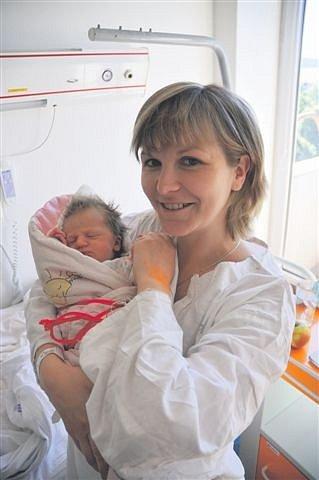 Anna CHARVÁTOVÁ z Kamenného Újezdu se narodila 6. června ráno, v osm hodin a padesát čtyři minut. Manželé Jana a Marek čekali, že i jejich druhé dítě bude chlapeček, a tak byli na sále překvapení. Anička vážila 2860 gramů, měřila 46 cm.