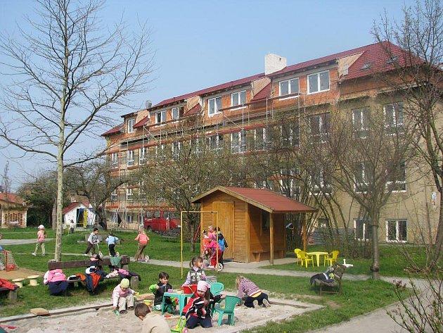 Budova rokycanské Mateřinky při rekonstrukci