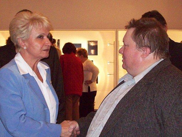 Knihovna v Mirošově patří výstavě fotografií Petra Tučka (vpravo). Mezi hosty slavnostní vernisáže byla i hejtmanka Plzeňského kraje Milada Emmerová.